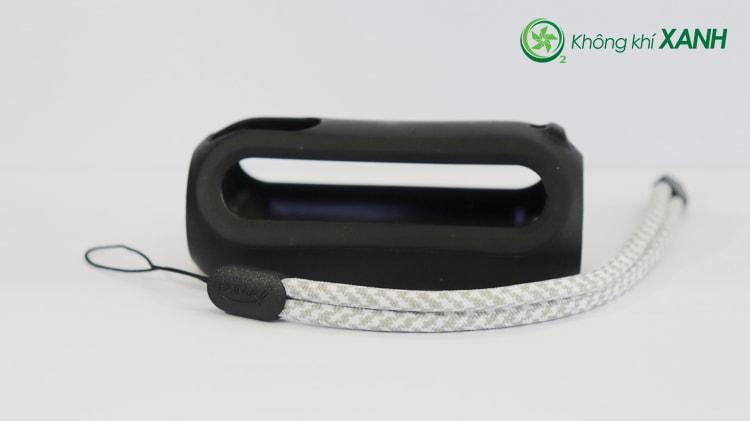 Bộ phụ kiện thiết bị đo chất lượng không khí Huma-i màu đen bao gồm một ốp bằng silicon dẻo và một dây đeo