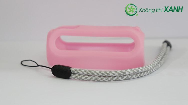 Bộ phụ kiện thiết bị đo chất lượng không khí Huma-i màu hồng bao gồm một ốp bằng silicon dẻo và một dây đeo