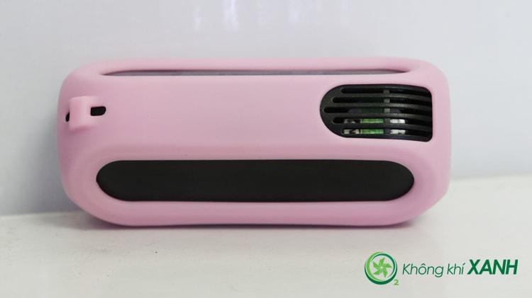 Miếng ốp silicon màu hồng được bọc gọn gẽ và vừa vặn bên ngoài thiết bị đo chất lượng không khí Huma-i (Mặt sau)