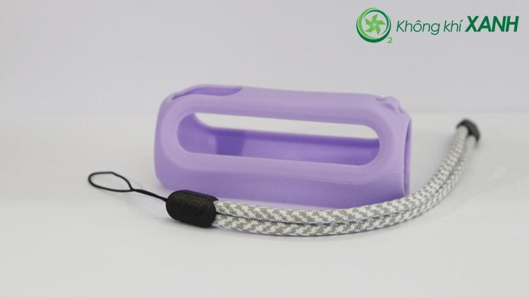 Bộ phụ kiện thiết bị đo chất lượng không khí Huma-i màu tím bao gồm một ốp bằng silicon dẻo và một dây đeo