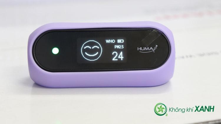 Miếng ốp silicon màu tím được bọc gọn gẽ và vừa vặn bên ngoài thiết bị đo chất lượng không khí Huma-i (Mặt trước)