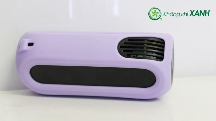 Miếng ốp silicon màu tím được bọc gọn gẽ và vừa vặn bên ngoài thiết bị đo chất lượng không khí Huma-i (Mặt sau)