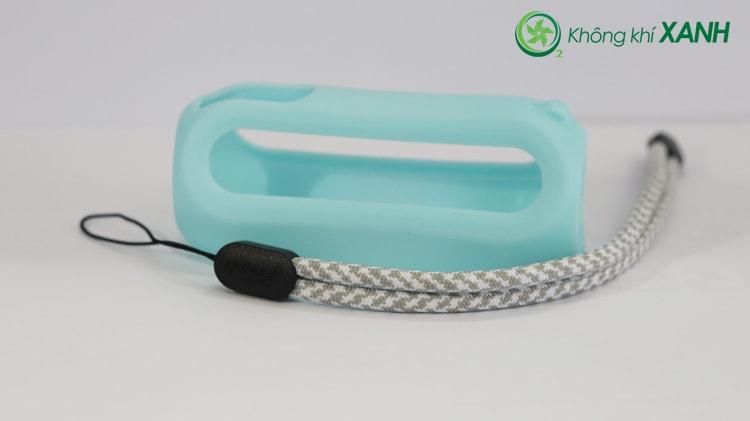 Bộ phụ kiện thiết bị đo chất lượng không khí Huma-i màu xanh bao gồm một ốp bằng silicon dẻo và một dây đeo