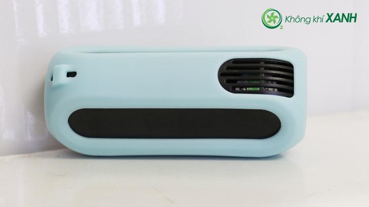 Miếng ốp silicon màu xanh được bọc gọn gẽ và vừa vặn bên ngoài thiết bị đo chất lượng không khí Huma-i (Mặt sau)