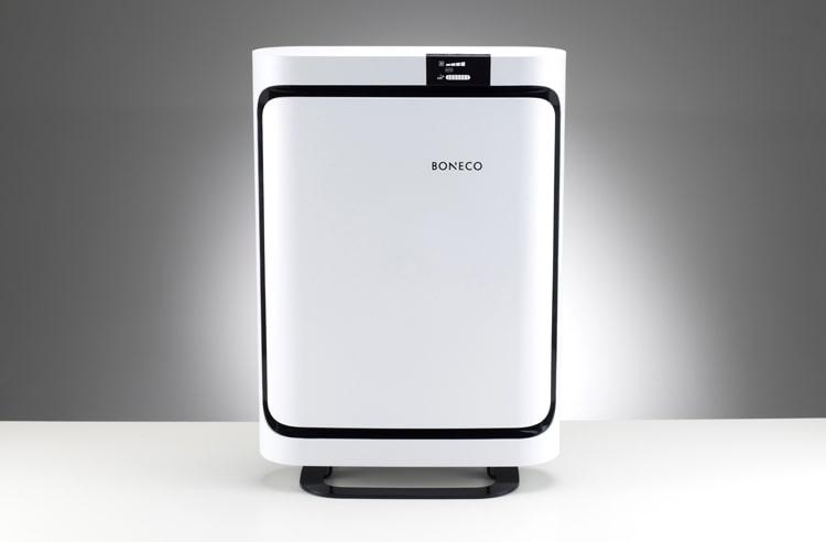 Mặt trước của máy lọc không khí Boneco P500 có hình chữ nhật, nổi bật phần chân máy và viền đen xung quanh