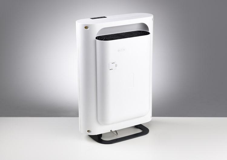 Mặt sau của máy lọc không khí Boneco P500 với cửa ra không khí sạch được làm thấp xuống tạo cảm giác mỏng, gọn
