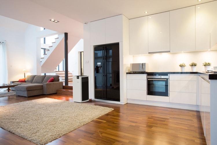 Hoặc những phòng khách lớn trong căn hộ, có bếp liền kề và khoảng cầu thang thông tầng