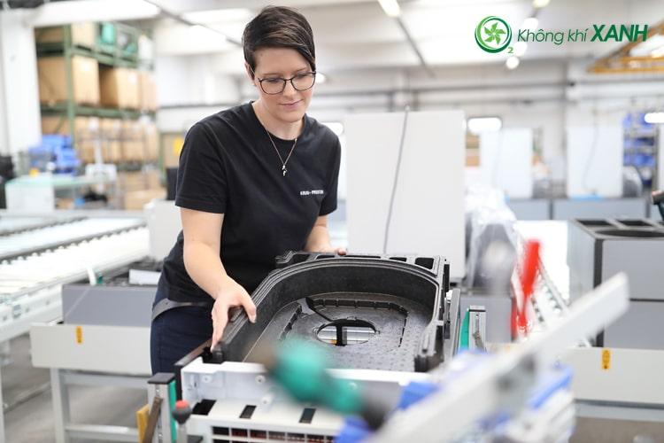 Công nhân sản xuất máy lọc không khí IDEAL tại nhà máy ở Đức (ảnh 1)